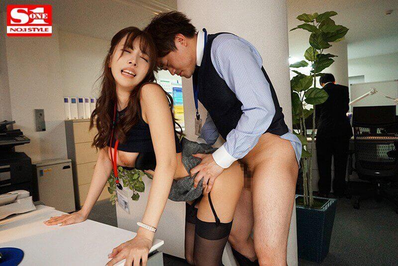 巨乳OLと絶倫童貞上司の毎週エスカレートする週末のセックス残業 三上悠亜